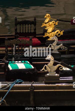 Statues de Dragon sur gondoles, Vénétie, Venise, Italie Photo Stock