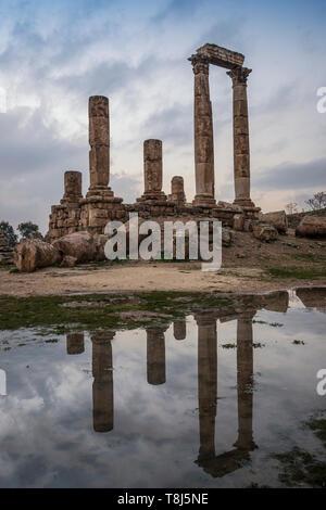 Temple de Hercule reflété dans une flaque d'eau, Amman, Jordanie Photo Stock