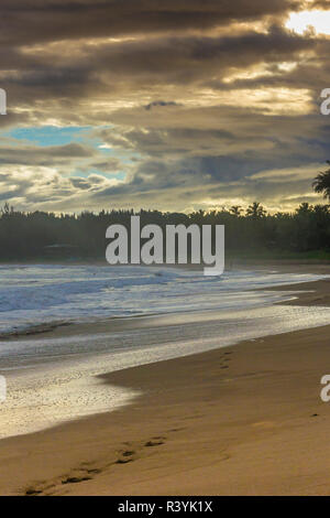 La baie de Hanalei, Hanalei, Kauai, Hawaii, plage, nuages, coucher du soleil Photo Stock