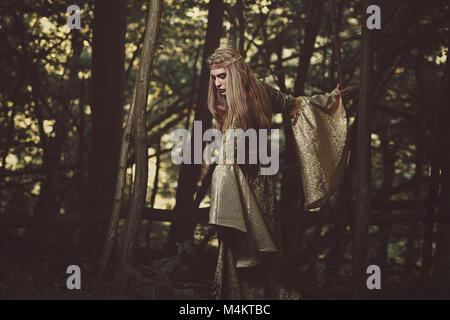 Dame elfe marcher dans la forêt. Fantasy et féerique Photo Stock