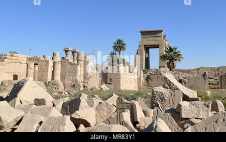 Complexe du Temple de Karnak, à Louxor, Égypte. La construction du complexe a commencé pendant le règne de Sésostris I dans l'Empire du Milieu et a continué dans la période ptolémaïque, bien que la plupart des bâtiments datent du Nouvel Empire. La zone autour de Karnak était le principal lieu de culte de la xviiie dynastie triade thébaine avec le dieu Amon à sa tête. Il fait partie de la ville monumentale de Thèbes. Photo Stock