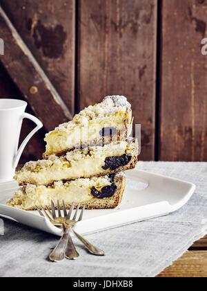 Crumble de pudding cake aux pruneaux Photo Stock