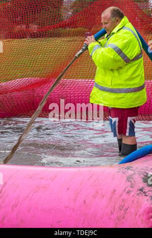 Popularité des chaussures élégantes Park, Poole, Dorset, UK. 15 juin 2019. Journée froide et humide pour la course pour la vie très boueux. La préparation de la boue pour s'assurer que les participants se couvrent de boue boue glorieuse! Credit: Carolyn Jenkins/Alamy Live News Photo Stock