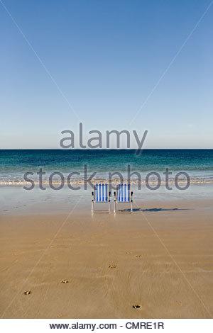 Deux transats au bord de la mer Photo Stock