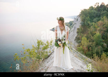 Mariée avec bouquet sur clifftop par littoral, falaises de Scarborough, Toronto, Canada Photo Stock