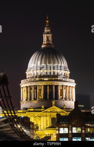 L'Angleterre, Londres, ville de London, Millenium Bridge et St.Paul's Cathedral at Night Photo Stock