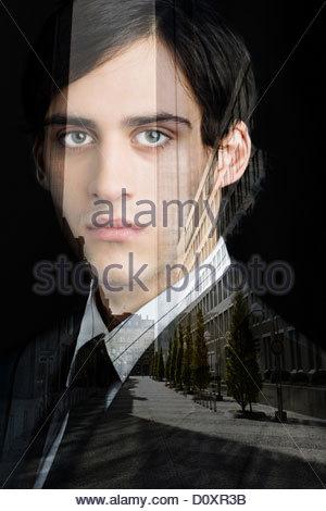 Jeune homme d'affaires à deux faces avec city scene Photo Stock