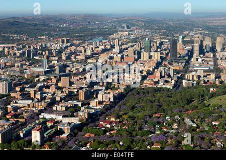 Vue aérienne du quartier des affaires central de Pretoria et l'emblématique jacarandas en fleurs.Pretoria.Afrique du Sud Photo Stock