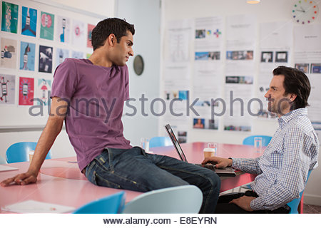 Les hommes talking in meeting Photo Stock
