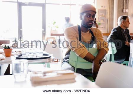 Portrait confiant serveur dans un café Photo Stock