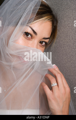 Bride holding voile sur face Photo Stock