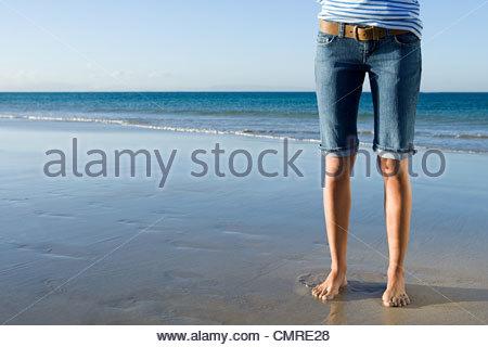 Femme debout par la mer Photo Stock