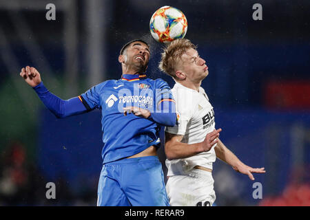 Coliseum Alfonso Pérez, Getafe, Espagne. 22 janvier, 2019. La Copa del Rey de quart de finale de football contre Getafe, Valence ; Angel Rodriguez (Getafe) gagne la coupe de Daniel Wass (Valence CF) : Action de Crédit Plus Sport/Alamy Live News Photo Stock