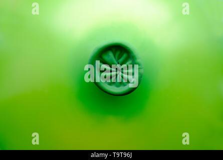 Sauté avec ballon vert fin liée Photo Stock
