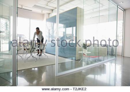 Businesswoman travaillant dans la salle de conférence moderne Photo Stock