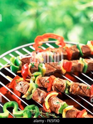 Les brochettes sur un barbecue Photo Stock
