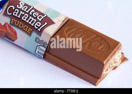 KitKat Nestlé fudge au caramel salé chunky bar ouvert pour afficher contenu situé sur fond blanc - kit kat Photo Stock