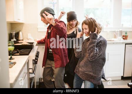Famille sans souci dans la cuisine de danse et de cuisine Photo Stock