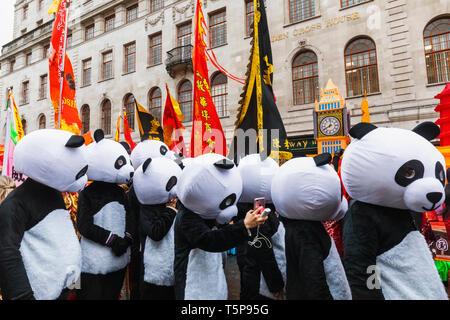 L'Angleterre, Londres, le quartier chinois, le Nouvel An Chinois, les participants ont défilé défilé habillé en costume Panda Photo Stock