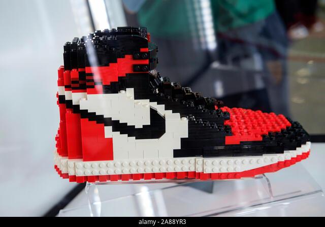 Nike chaussures iconique avec pièces en plastique Lego exposée ...