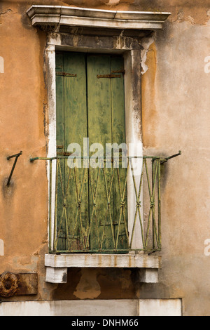 Porta di chiusura di un balcone, Venezia, Veneto, Italia Immagini Stock