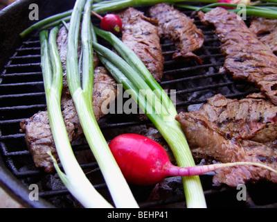 Carne Asada cottura su barbecue Immagini Stock
