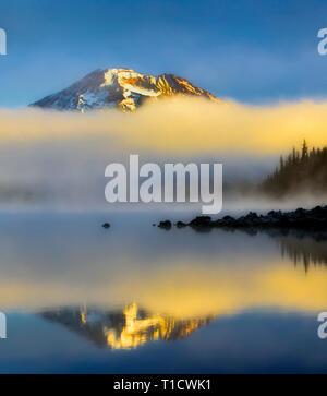 Sud montagna sorella riflessa in Elk Lake. Oregon centrale Immagini Stock
