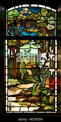 Regno Unito, Cumbria, York, Marthwaite, la chiesa di Saint Gregory finestra, raffiguranti naturalistico scena di bosco Immagini Stock