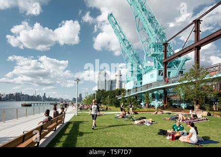 Salotto e zona prato lungo la East River waterfront. Domino Park, Brooklyn, Stati Uniti. Architetto: James Corner Field Operations, 2018. Immagini Stock
