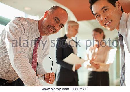 Imprenditori parlano in ufficio Immagini Stock