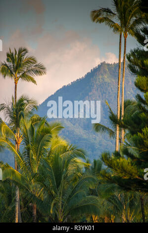 Hanalei Bay, Hawaii, Kauai, cloudsa e montagne Immagini Stock