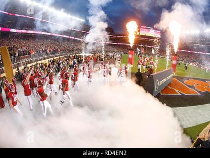 07 gennaio 2019 Alabama Crimson Tide allenatore Nick Saban porta il suo team sul campo prima del campionato nazionale tra i Clemson Tigers e Alabama Crimson Tide a Levi's Stadium di Santa Clara, California. Charles Baus/CSM Immagini Stock