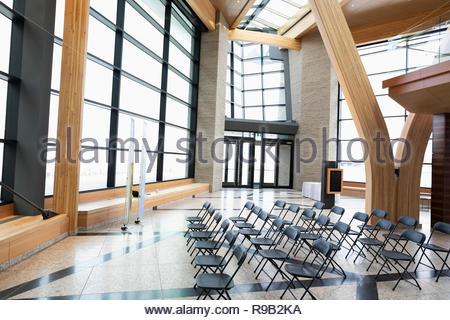 Sedie pronto per conferenza in moderno Atrium Immagini Stock