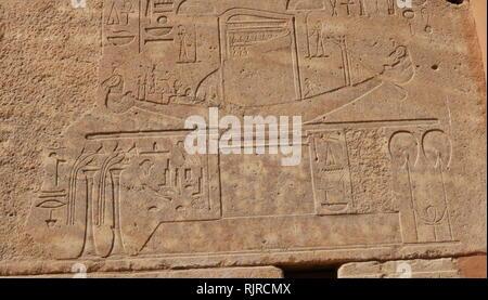 Una fotografia scattata alla Cappella Rossa di Hatshepsut (La Chapelle Rouge) costruito inizialmente come una barca santuario durante il regno di Hatshepsut, il quinto faraone della XVIII dinastia di Antico Egitto e governato da circa 1479 a 1458 BC. Anche se era stata demolita e parti sono stati riutilizzati in antichità, in seguito riscoperta, la cappella è stata ricostruita utilizzando i suoi materiali originali. La sua posizione originale è pensato per essere stata nella corte centrale del tempio di Amon a Karnak, vicino a Tebe. Immagini Stock