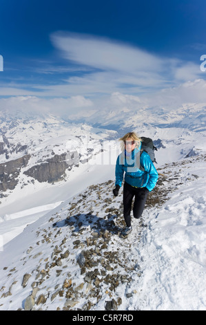 Una donna fare jogging sulle alte montagne Alpine. Immagini Stock