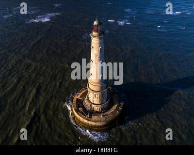 Francia, Gironde, Verdon sur Mer, altopiano roccioso di Cordouan, faro di Cordouan, classificato come monumento Historique, vista generale ad alta marea (vista aerea) Immagini Stock