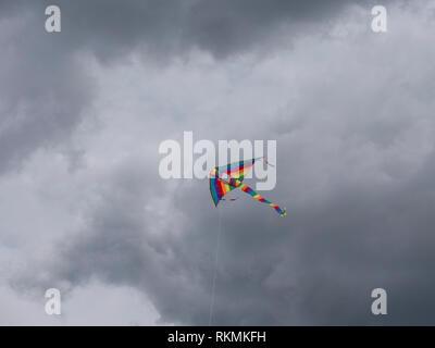 Aquilone multicolore volare nel cielo Immagini Stock