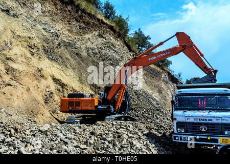 Cancellazione di frana con Tata Hitachi escavatore, Rishikesh, Uttarakhand, India, Asia Immagini Stock