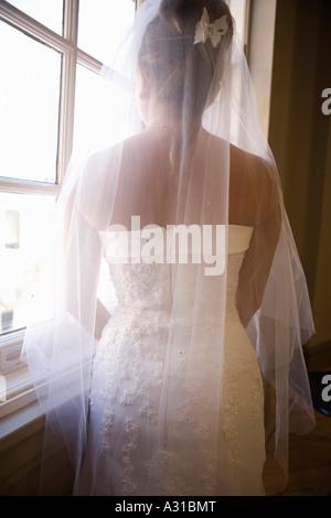 Sposa guardando fuori della finestra Immagini Stock