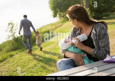 Madre figlio di alimentazione (0-1 mesi) Immagini Stock