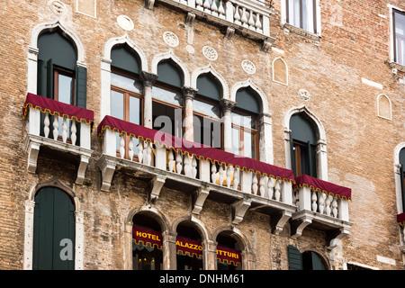 Basso angolo di visione di un hotel Palazzo Vitturi, Campo Santa Maria Formosa, Venezia, Veneto, Italia Immagini Stock