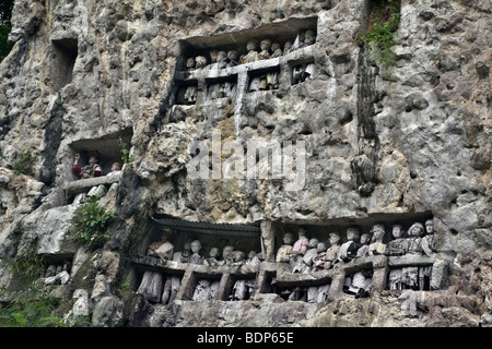 Indonesia Sulawesi, Tana Toraja area, Suaya village, re della pietra memorial tombe con legno tau tau effigi dei Immagini Stock