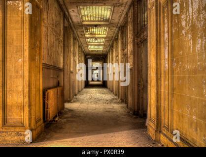 Vista interna di un corridoio di cemento in un abbandonato edificio per uffici in Francia. Immagini Stock
