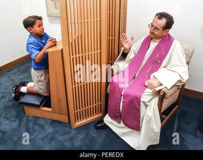 Giovane ragazzo asiatico nella confessione della riconciliazione il sig. © Myrleen Pearson ...Ferguson Cate Immagini Stock