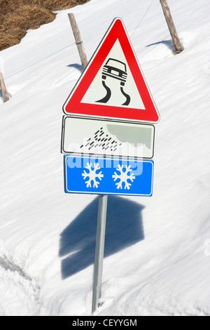 Inverno cartelli stradali avvisa di ghiaccio e neve condizioni scivolose in Italia Immagini Stock