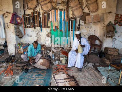 Uomini sudanesi lavorando sulla pelle nel mercato, Stato di Kassala, Kassala, Sudan Immagini Stock
