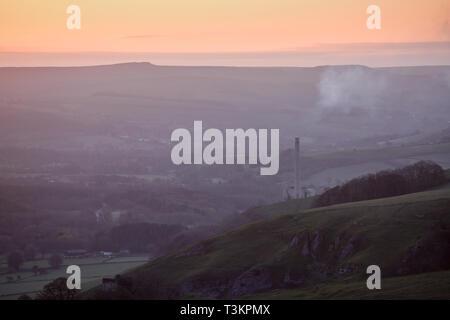 Il Castleton e impianto di cemento in Hope Valley in alta vetta del Derbyshire Peak District, UK. Immagini Stock