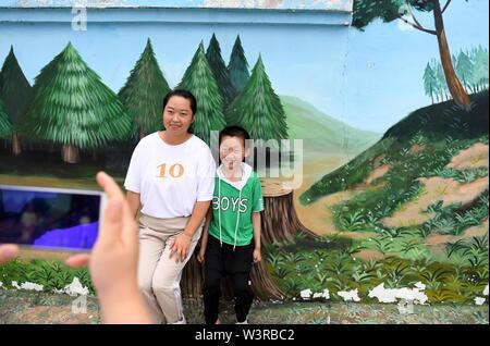 Mingguang. 17 Luglio, 2019. I turisti posano per una foto nel villaggio di Meiying di Sanjie città in Mingguang, est cinese della provincia di Anhui. Luglio 17, 2019. Città Sanjie sviluppa il turismo rurale per potenziare lo sviluppo rurale. Credito: Liu Junxi/Xinhua/Alamy Live News Immagini Stock