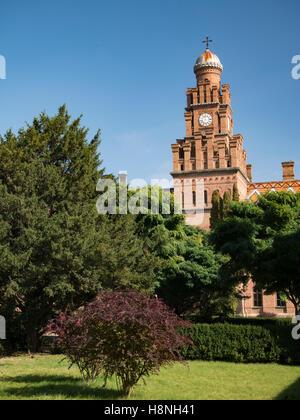La torre principale di chernivtsi National University in chernivtsi ucraina con alberi autunnali Immagini Stock
