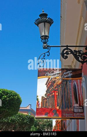 Un cartello stradale e lampada decorativa al di fuori della famosa,storica e bella Angela Peralta Theatre di Mazatlan,Messico Immagini Stock
